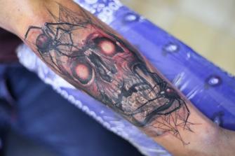 CRANEO CON ARAÑAS  tatuaje realizado por Old Gangsters Tattoo Shop