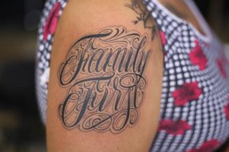 lettering family tatuaje realizado por Old Gangsters Tattoo Shop