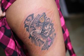 PAYASO CON MASCARA tatuaje realizado por Old Gangsters Tattoo Shop