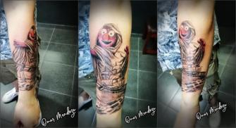 Elmo, modo Dios   tatuaje realizado por Omar Mendoza