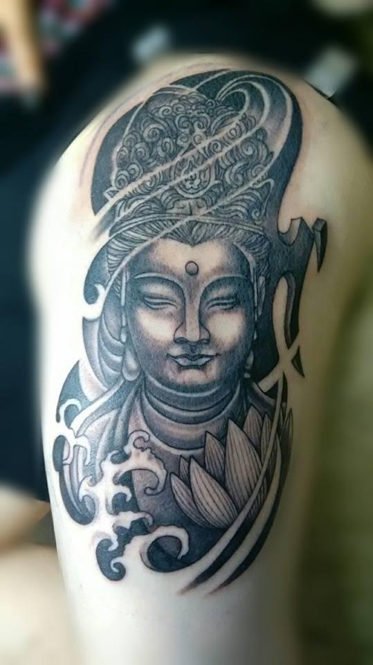 Buda tatuaje realizado por Chilatown Custom Desing