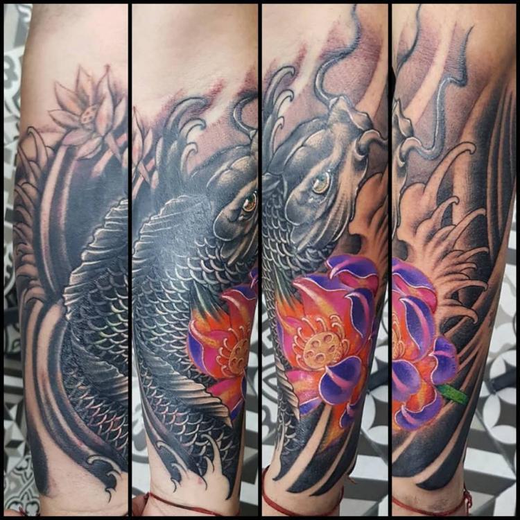 Koi cover-up tatuaje realizado por Abraham Gart