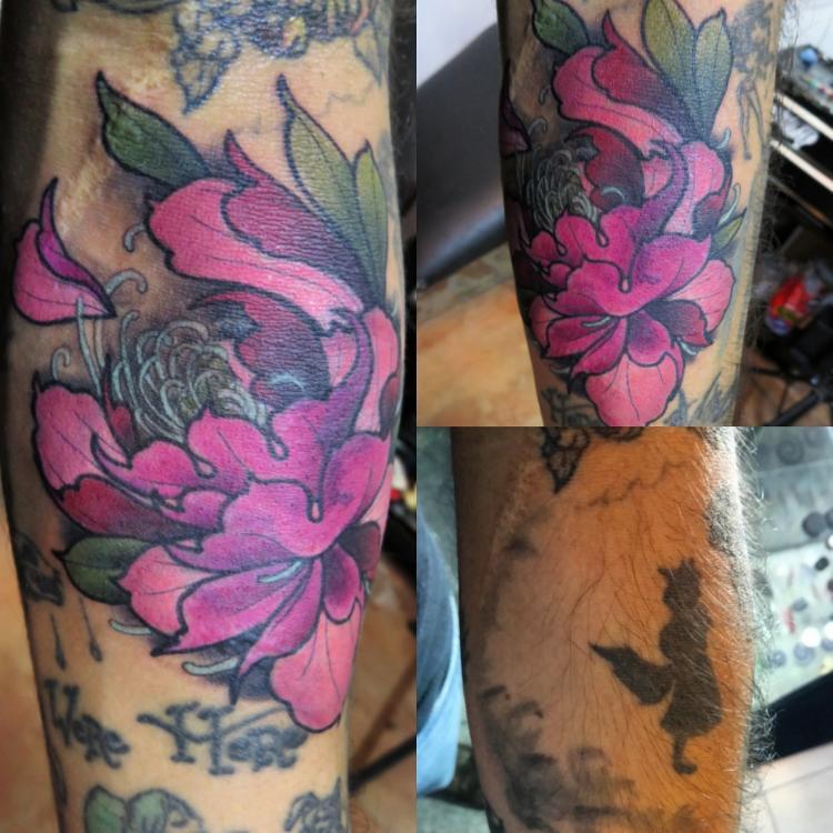 Peonia tatuaje realizado por Totentanz Cabral