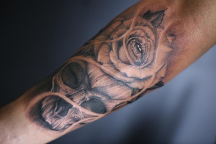 calavera con rosa tatuaje realizado por Old Gangsters Tattoo Shop