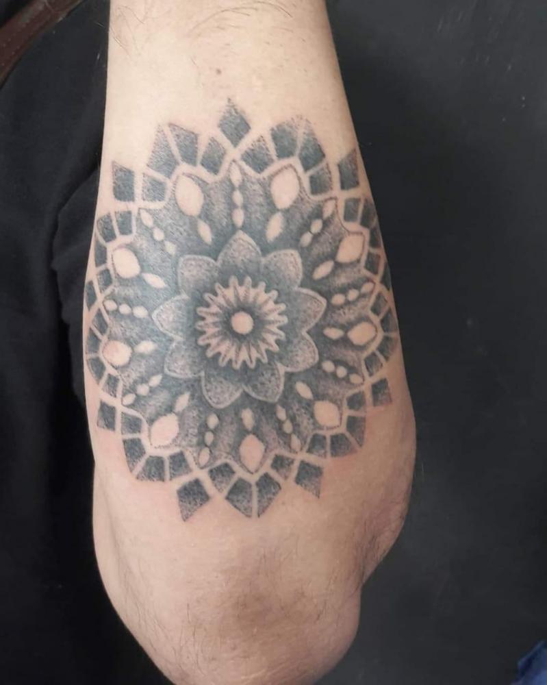 Mandala tatuaje realizado por Eduardo Gahona (Ras-T)