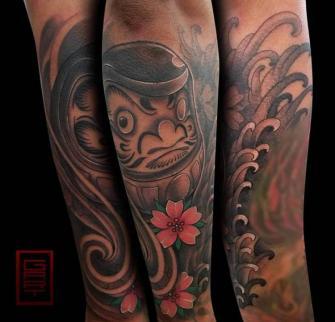 Daruma tatuaje realizado por Abraham Gart