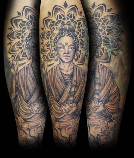 Buda tatuaje realizado por Abraham Gart
