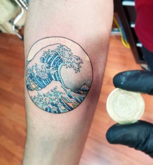 Ola de kanagawa tatuaje realizado por Abraham Gart