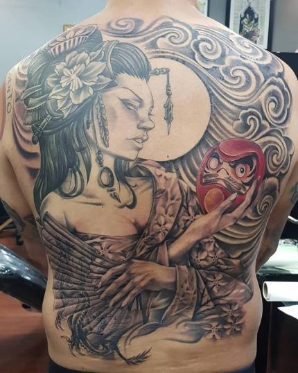 Geisha coleccionista de darumas  tatuaje realizado por Abraham Gart