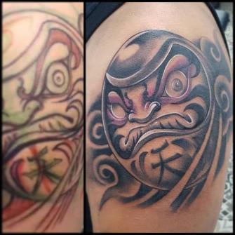 Daruma del cielo tatuaje realizado por Abraham Gart