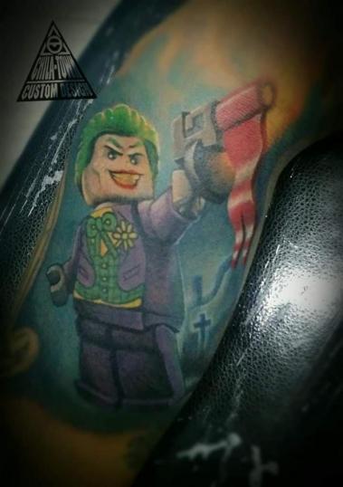 Joker lego tatuaje realizado por Chilatown Custom Desing
