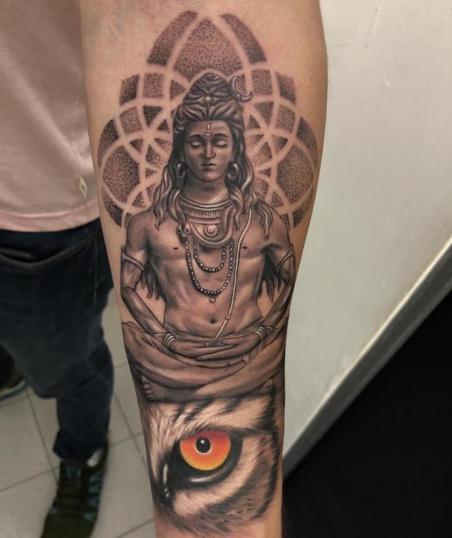 Shiva tatuaje realizado por Angel Ruiz (Hard Core)