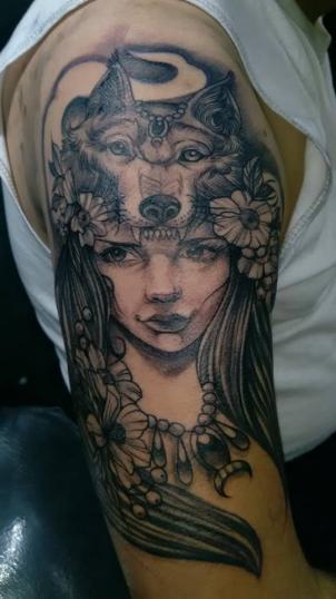 Chica lobo tatuaje realizado por Chilatown Custom Desing