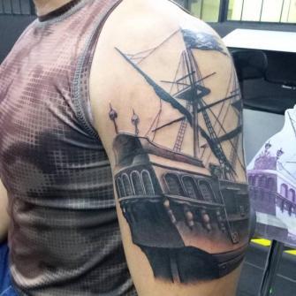 Barco Black and Grey tatuaje realizado por VonMicho
