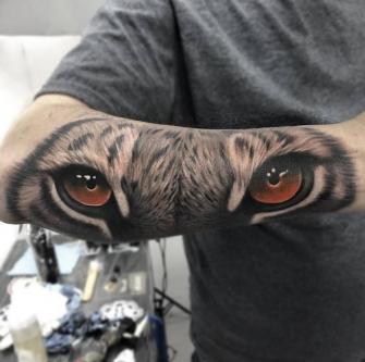 Mirada de tigre tatuaje realizado por Angel Ruiz (Hard Core)