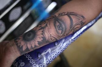 ojo y girasol  tatuaje realizado por Old Gangsters Tattoo Shop