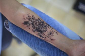 corazón con flores tatuaje realizado por Old Gangsters Tattoo Shop