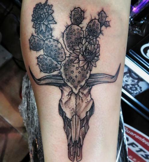 Cráneo tatuaje realizado por Totentanz Cabral
