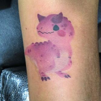 Dinosaurio tatuaje realizado por Totentanz Cabral