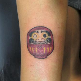 Daruma tatuaje realizado por Totentanz Cabral