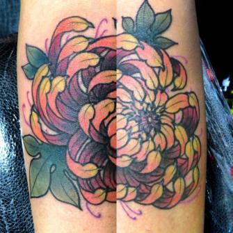 Crisantemo tatuaje realizado por Totentanz Cabral