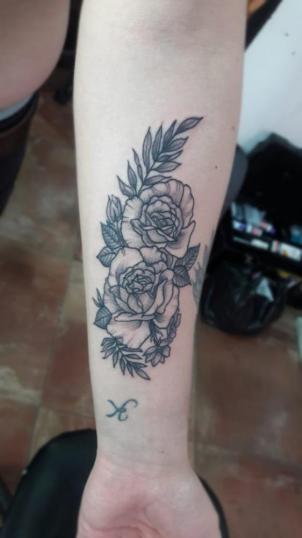 Flores tatuaje realizado por Eduardo Gahona (Ras-T)
