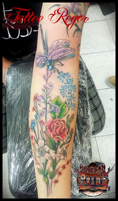 Libelula con flores tatuaje realizado por Roberto Girón