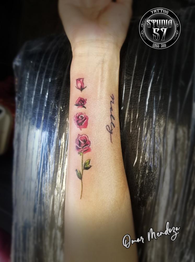 Rosas  tatuaje realizado por Omar Mendoza