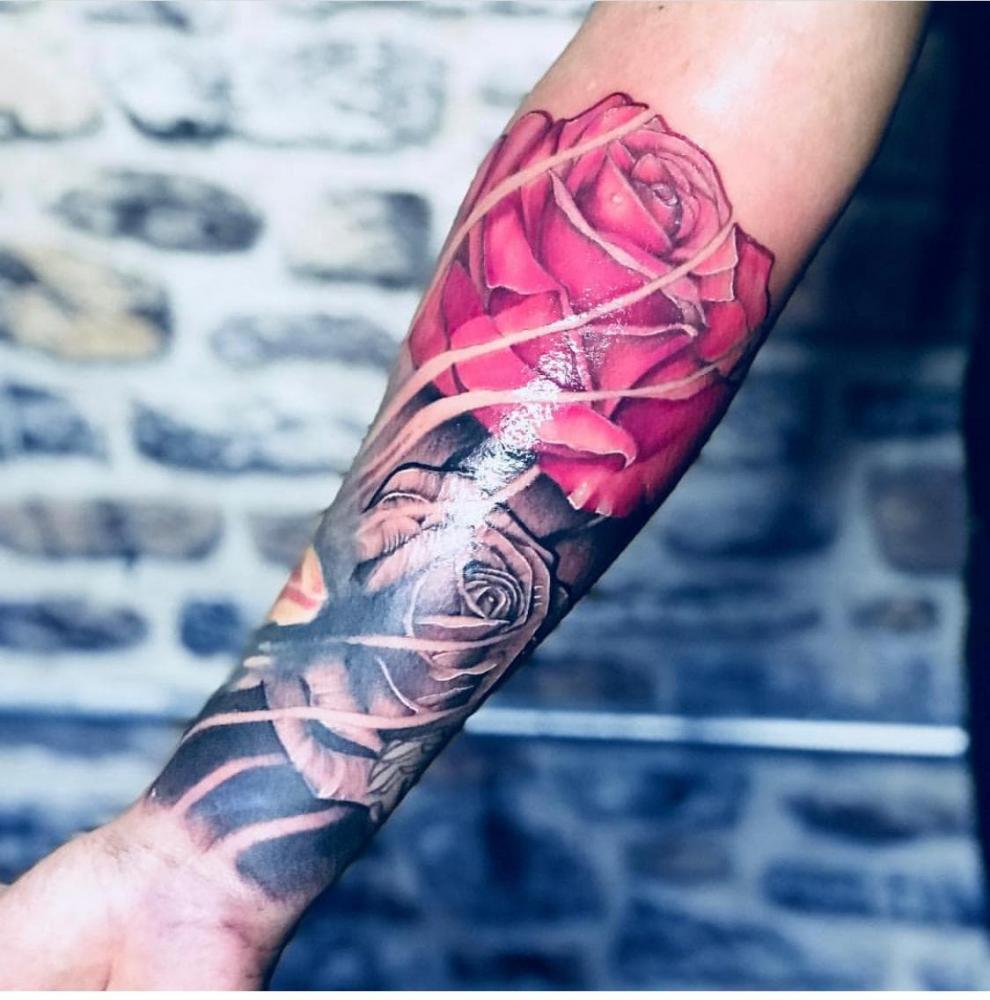 ROSA A COLOR tatuaje realizado por Old Gangsters Tattoo Shop