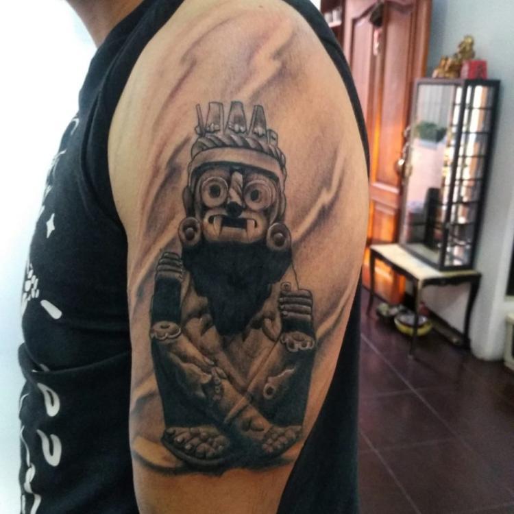 Fusión xochipilli & Tlaloc tatuaje realizado por Carlos Koyote Ramirez