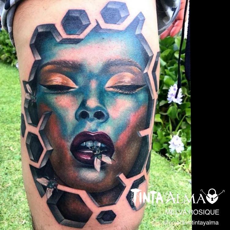 Retrato de mujer detrás de un espacio geométrico tatuaje realizado por Melva Rosique