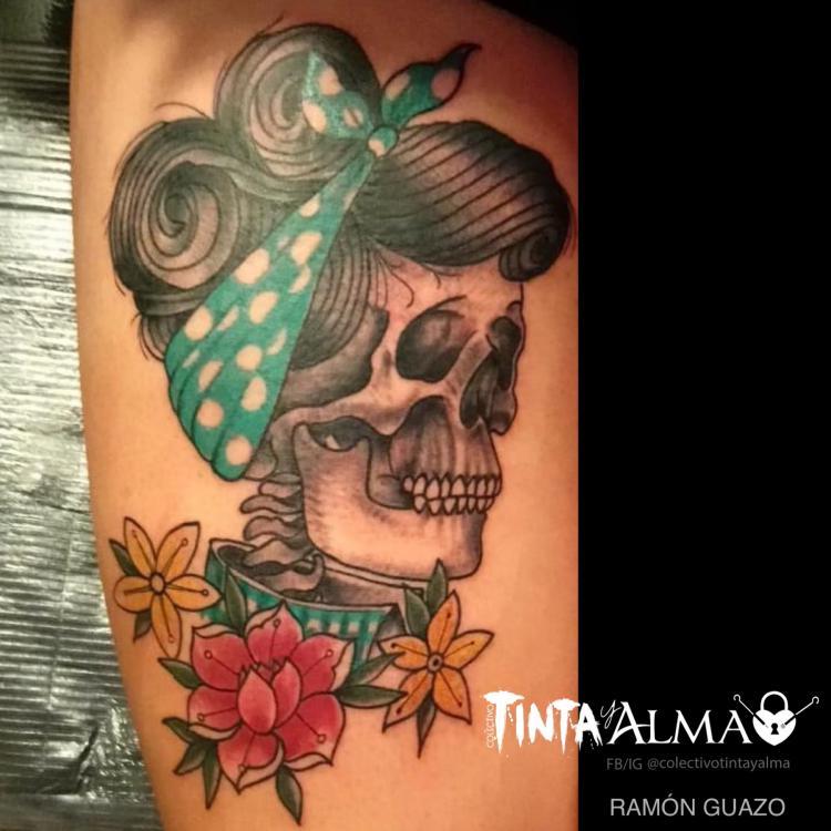 Cráneo de mujer con rosas  tatuaje realizado por Ramón Guazo