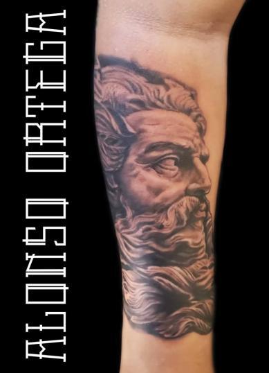 Zeus en el brazo tatuaje realizado por Gilberto Alonso Aguirre