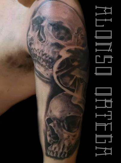 Cráneos  tatuaje realizado por Gilberto Alonso Aguirre