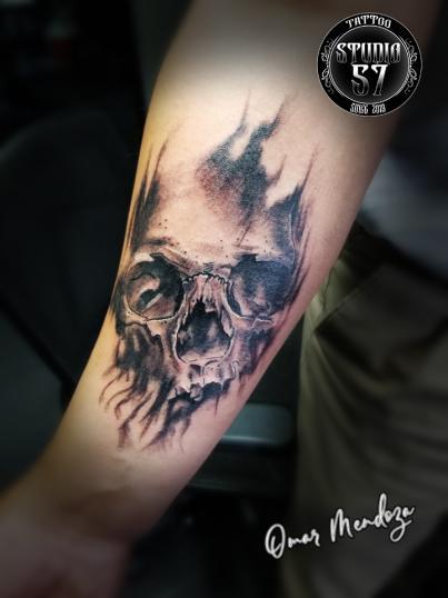Craneo  tatuaje realizado por Omar Mendoza