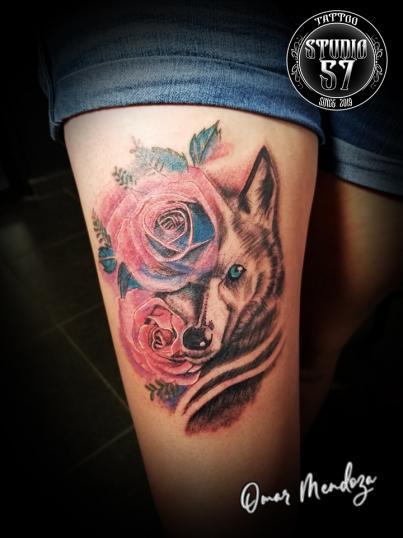 Lobo  Y flores  tatuaje realizado por Omar Mendoza