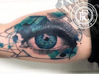 Ojo y figuras geométricas  tatuaje realizado por Fabian Rojas