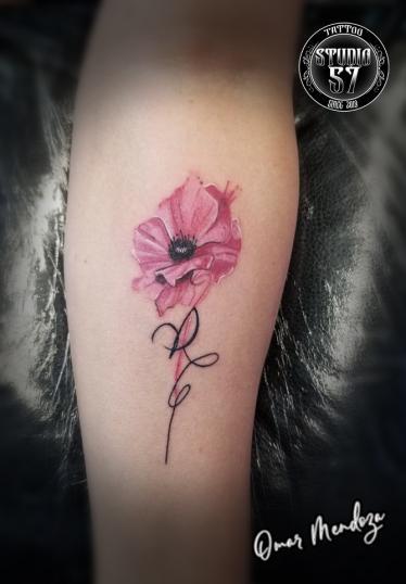 Flor  tatuaje realizado por Omar Mendoza