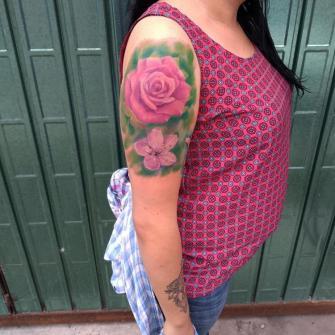 Rosa en el hombro a color tatuaje realizado por Carlos Koyote Ramirez