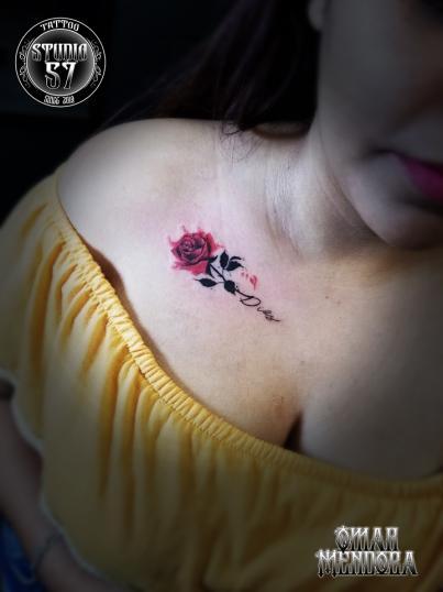 Flor clavícula  tatuaje realizado por Omar Mendoza