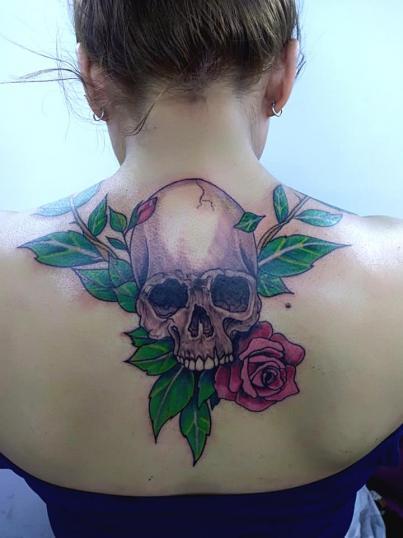 Cráneo y rosa en la espalda tatuaje realizado por Adan dados uno