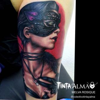Retrato mujer con antifaz  tatuaje realizado por Tinta y Alma