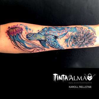 Tortuga, medusa y caracol tatuaje realizado por Tinta y Alma