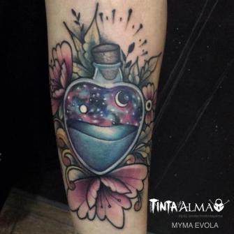 Pócima en botella de corazon y flores tatuaje realizado por Myma Evola