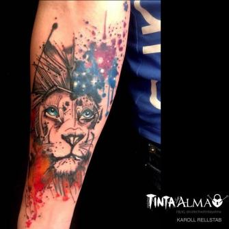 León conectado con el universo tatuaje realizado por Karoll Rellstab