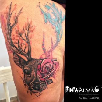 Ciervo y rosa tatuaje realizado por Karoll Rellstab