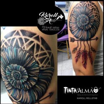 Caracol y flecha con plumas tatuaje realizado por Karoll Rellstab