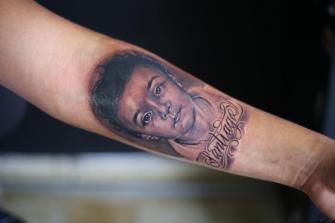 RETRATO DE HIJO EN EL BRAZO tatuaje realizado por Old Gangsters Tattoo Shop