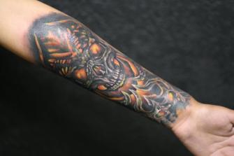 CRANEO ANTEBRAZO tatuaje realizado por Old Gangsters Tattoo Shop