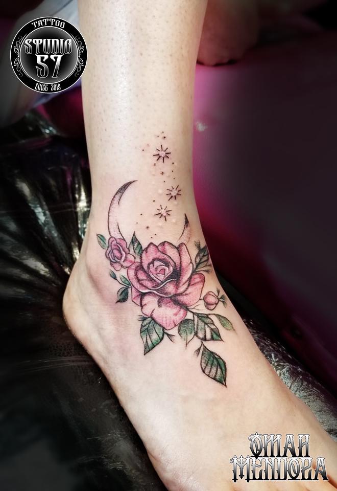 Rosa y luna  tatuaje realizado por Omar Mendoza